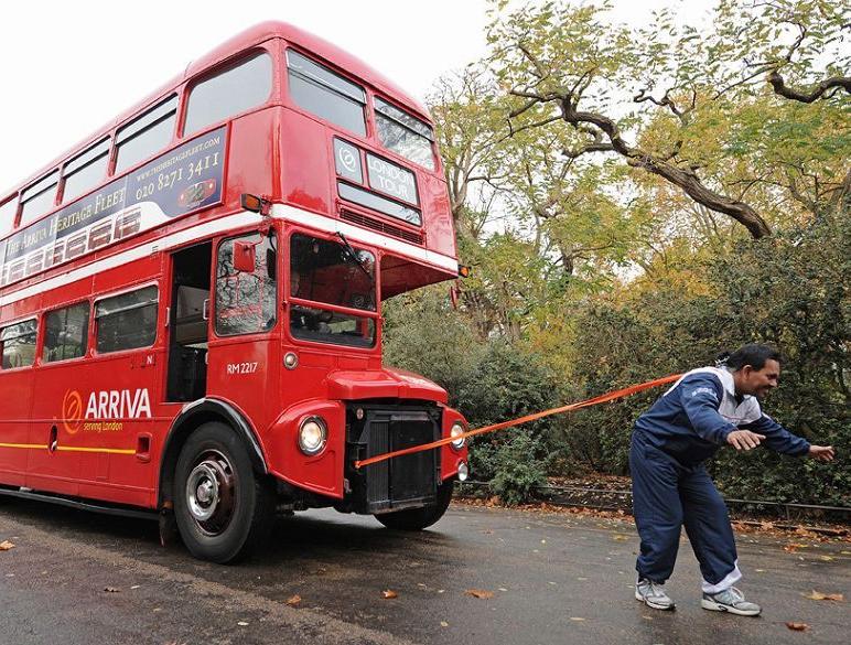 тянет волосами автобус