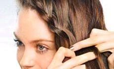 девушка плетет себе косу