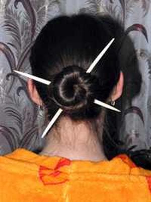 прическа с китайскими палочками фото 6