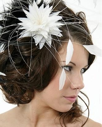 свадебная прическа с искусственным цветами